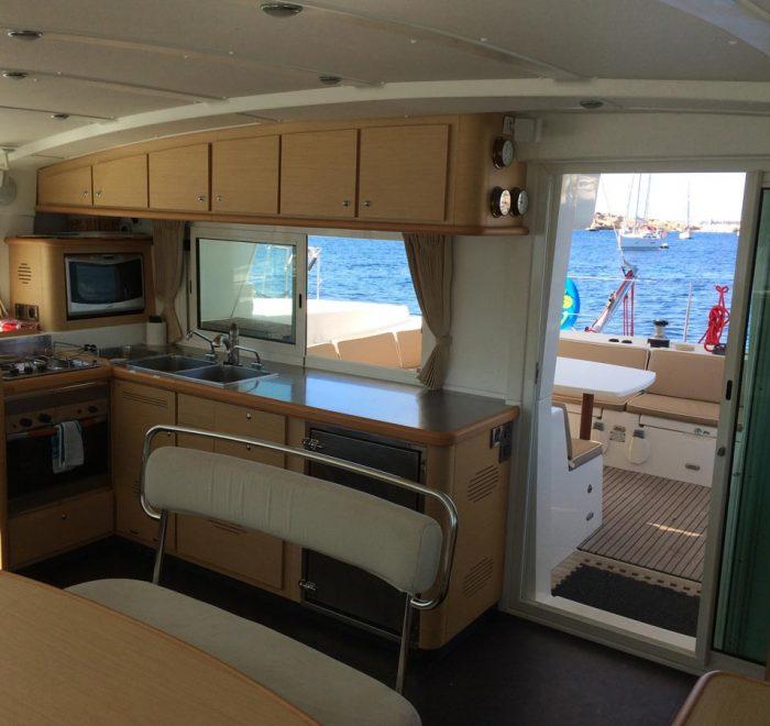 Arena Catamaran Cocina kitchen